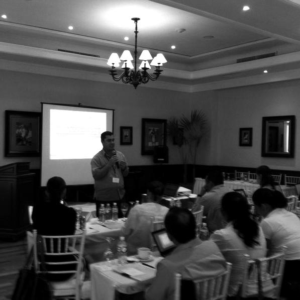 """""""El Portal de Empleo de la Riviera Maya: contribuyendo al empleo y al crecimiento"""" por Unus Branding. Misael López Uribe, director general de Unus Branding ofreciendo su plática."""